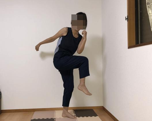 lesson3のエクササイズで、肘と膝をくっつけて脇腹を引き締める効果がある